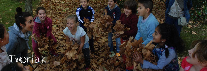 Niños realizando actividades en contacto con la naturaleza - Txoriak