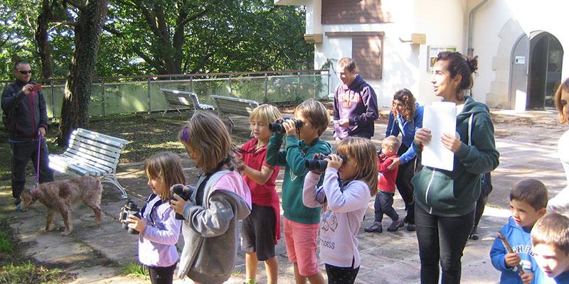 Niños realizando el registro de la caja-nido